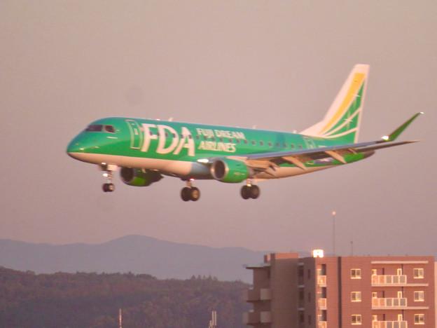 エアポートウォーク3階から見た景色 - 15:FDAの飛行機(緑色)