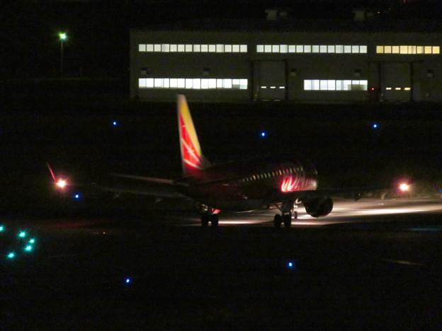 飛び立とうと滑走路へ向かうFDAの飛行機(赤色)- 1