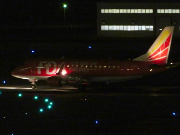 飛び立とうと滑走路へ向かうFDAの飛行機(赤色)- 2