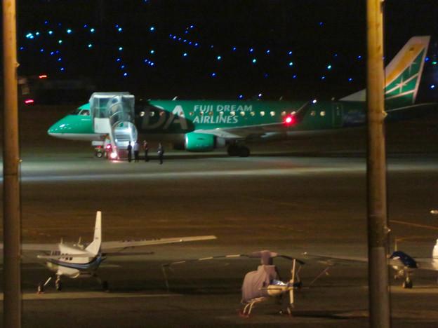 旅客を乗せるFDA飛行機