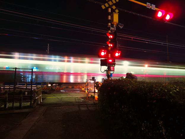 踏切を通過する名鉄小牧線の車両の光の軌跡(SX730HSで撮影、3.2秒、F4.5、ISO 80)