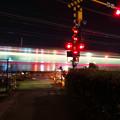 Photos: 踏切を通過する名鉄小牧線の車両の光の軌跡(SX730HSで撮影、3.2秒、F4.5、ISO 80)