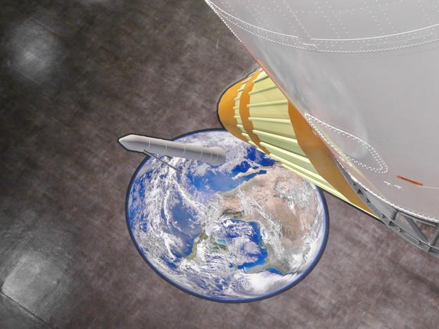 岐阜かかみがはら航空宇宙博物館 No - 145:上から見るとH2ロケットが地球から飛び出したように見える騙し絵