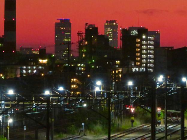 JR中央線に架かる橋の上から見た名駅ビル群と王子製紙の煙突 - 3