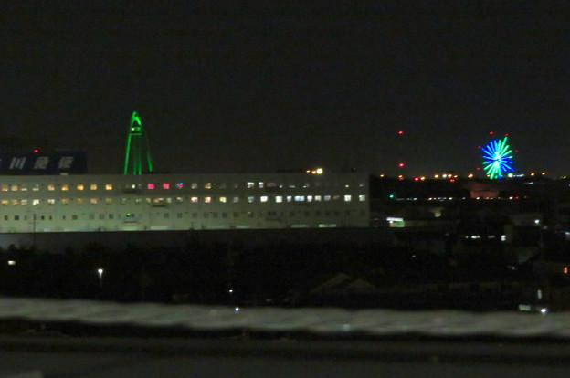 イオンモール各務原最上階駐車場から見た夜景 - 5:ツインアーチ138とオアシスパークの観覧車のイルミネーション
