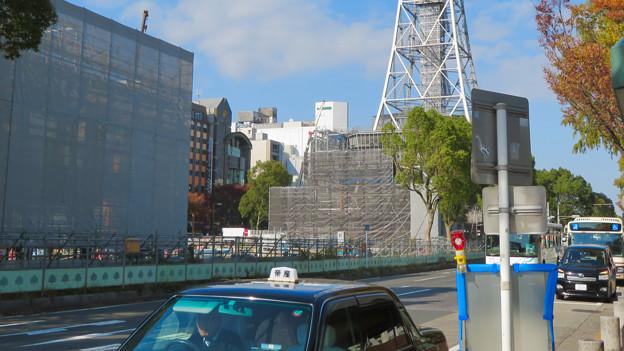 リニューアル工事中の久屋大通公園(2019年11月16日)- 3:テレビ塔の周りにも建物?それとも単なる工事用??