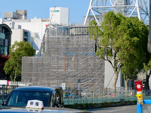 リニューアル工事中の久屋大通公園(2019年11月16日)- 4:テレビ塔の周りにも建物?それとも単なる工事用??