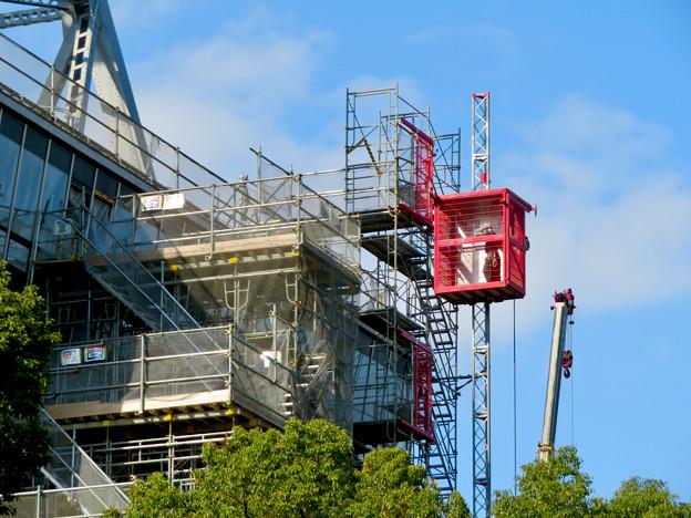 リニューアル工事中の久屋大通公園(2019年11月16日)- 7:テレビ塔の周りにも建物?それとも単なる工事用??(エレベーターが設置)