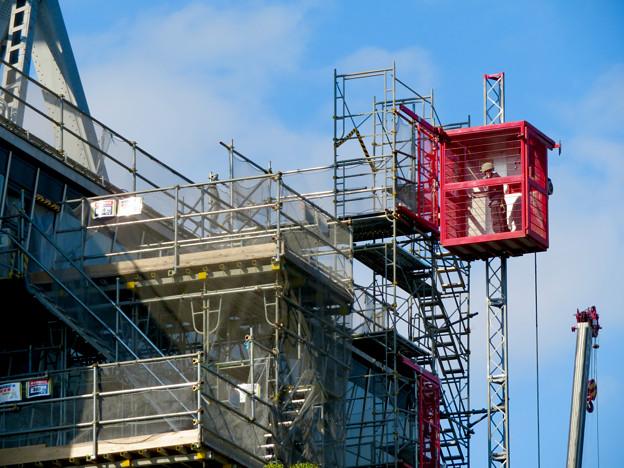 リニューアル工事中の久屋大通公園(2019年11月16日)- 8:テレビ塔の周りにも建物?それとも単なる工事用??(エレベーターが設置)