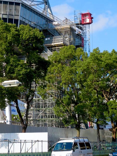 リニューアル工事中の久屋大通公園(2019年11月16日)- 11:テレビ塔の周りにも建物?それとも単なる工事用??