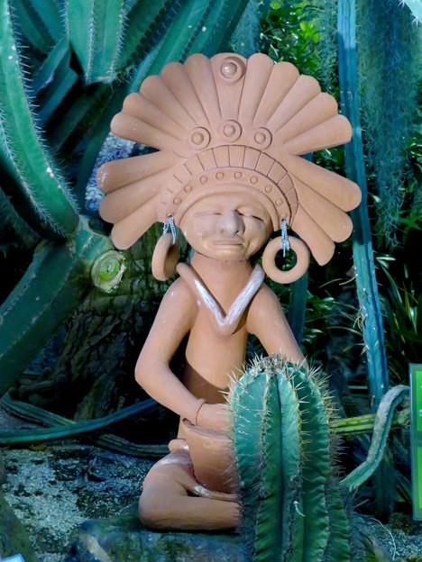 東山動植物園:温室にあったマヤ・アステカ文明の人モチーフ(?)の像