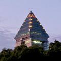 夕暮れ時の東山スカイタワーの頭頂部のイルミネーション