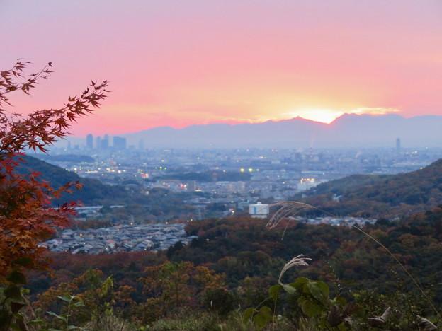 Photos: 定光寺展望台から見た夕暮れ時の景色 No - 2:山の向こうに沈む夕日