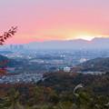 定光寺展望台から見た夕暮れ時の景色 No - 2:山の向こうに沈む夕日