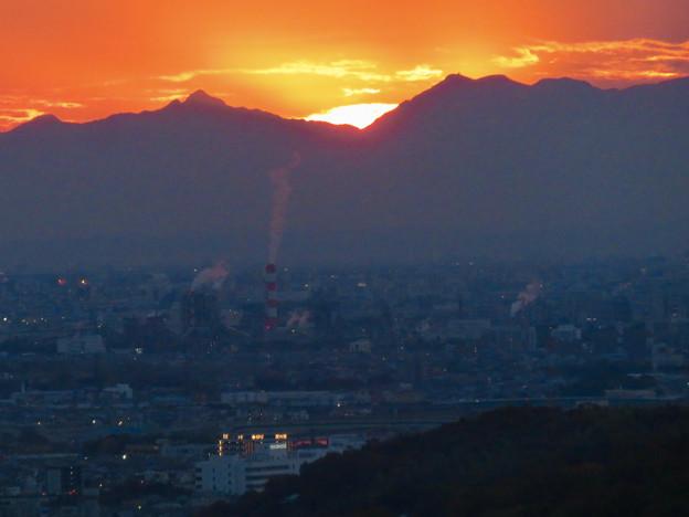 定光寺展望台から見た夕暮れ時の景色 No - 5:山の向こうに沈む夕日
