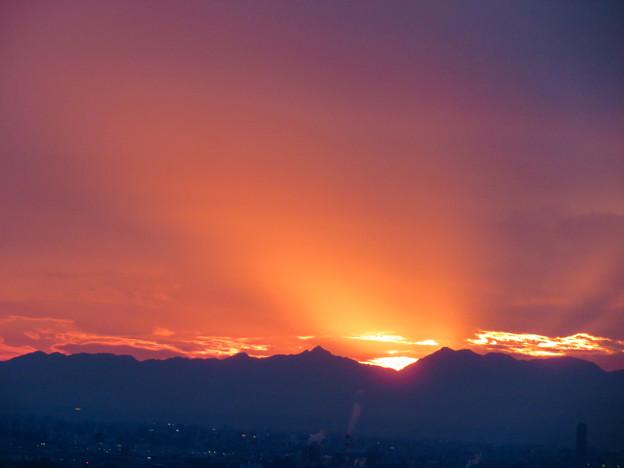 定光寺展望台から見た夕暮れ時の景色 No - 8:山の向こうに沈む夕日