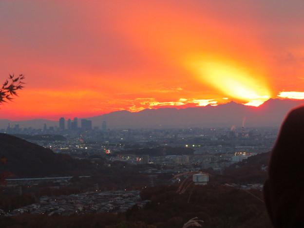 定光寺展望台から見た夕暮れ時の景色 No - 9:山の向こうに沈む夕日