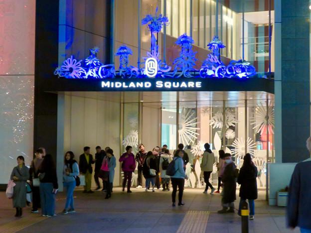 色が変わるミッドランドスクエア入り口のイルミネーション - 4