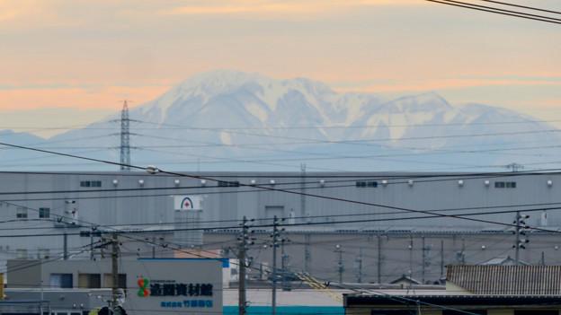 小牧原駅から見えた雪を頂く伊吹山(2019年12月7日)- 2