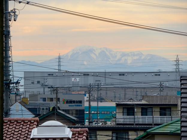 小牧原駅から見えた雪を頂く伊吹山(2019年12月7日)- 3