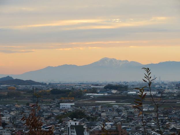犬山善光寺の開けた所から見えた景色 No - 2:雪を頂く伊吹山