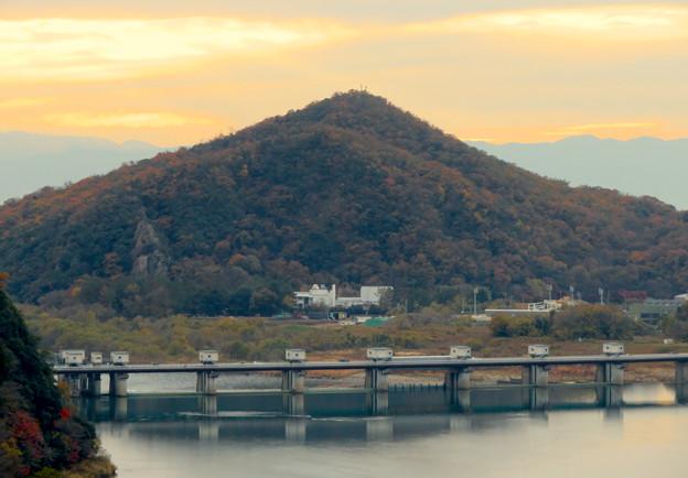 犬山善光寺の開けた所から見えた景色 No - 8:伊木山とライン大橋