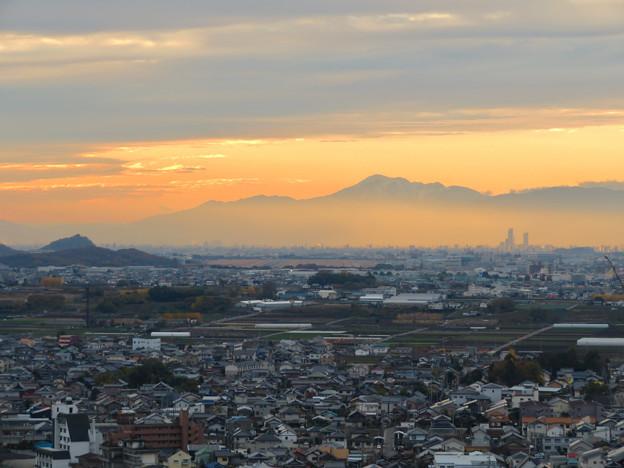 犬山善光寺の展望台から見た景色 No - 5:靄の上に浮かび上がる雪を頂く伊吹山