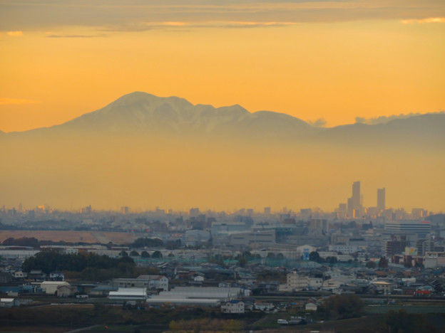 犬山善光寺の展望台から見た景色 No - 6:靄の上に浮かび上がる雪を頂く伊吹山と、岐阜駅周辺ビル群