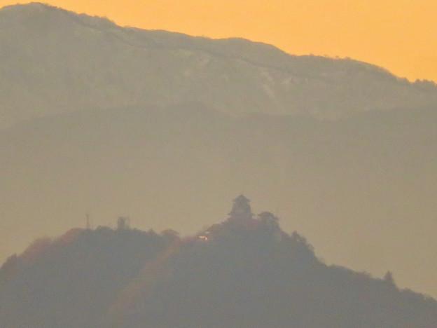 犬山善光寺の展望台から見た景色 No - 10:雪を頂く山と岐阜城