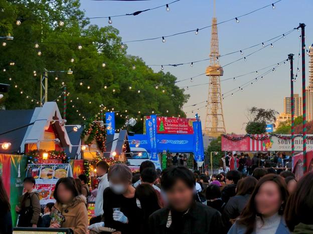名古屋クリスマスマーケット 2019 No - 21:来場していた大勢の人たちとそれを見下ろすように立つ名古屋テレビ塔
