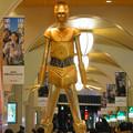 Photos: 微妙に似てない…。スターウォーズ新作PRで「C3PO」になったナナちゃん人形 - 3