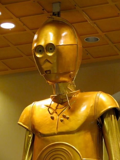 微妙に似てない…。スターウォーズ新作PRで「C3PO」になったナナちゃん人形 - 9