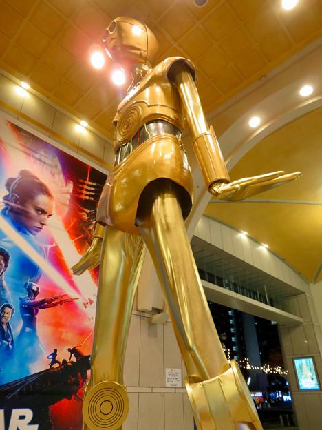 微妙に似てない…。スターウォーズ新作PRで「C3PO」になったナナちゃん人形 - 11