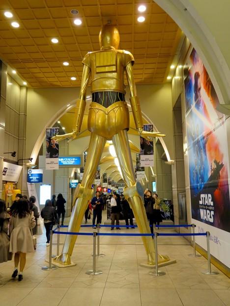 微妙に似てない…。スターウォーズ新作PRで「C3PO」になったナナちゃん人形 - 13