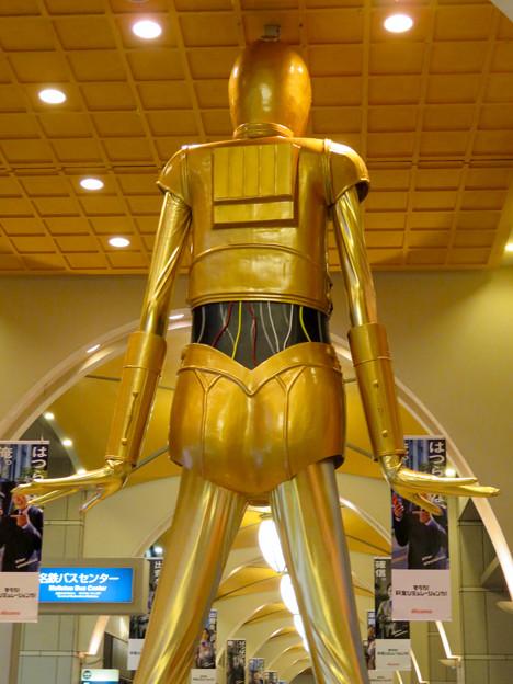 微妙に似てない…。スターウォーズ新作PRで「C3PO」になったナナちゃん人形 - 14