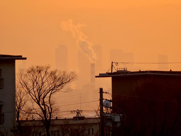 アピタ高蔵寺店から見た夕暮れ時の景色 - 2:名駅ビル群と王子製紙の煙突