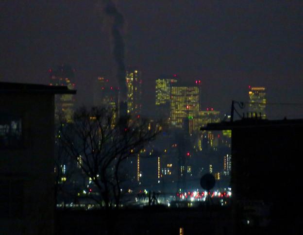 アピタ高蔵寺店から見た夜の名駅ビル群と王子製紙の煙突から出る煙