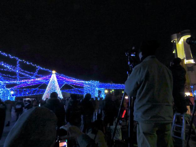 ガーデンふ頭臨港緑園からISOGAI花火劇場の花火を撮影してた人たち - 1
