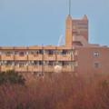 落合公園水の塔から見た景色 - 3:マンション越しに僅かに見えたツインアーチ138