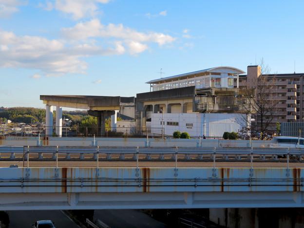 中央道沿いの道から見た解体工事中の桃花台東駅周辺(2019年12月27日) - 1