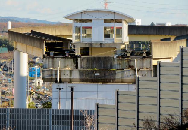 桃花台中央公園の新たに整備された場所から見た解体工事中の桃花台東駅周辺(2019年12月27日) - 1