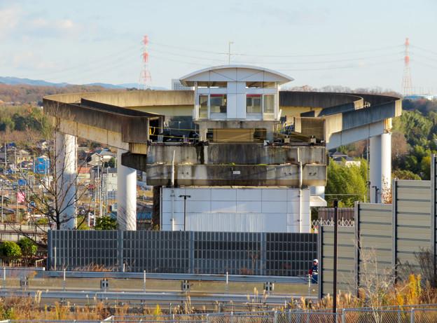 桃花台中央公園の新たに整備された場所から見た解体工事中の桃花台東駅周辺(2019年12月27日) - 2