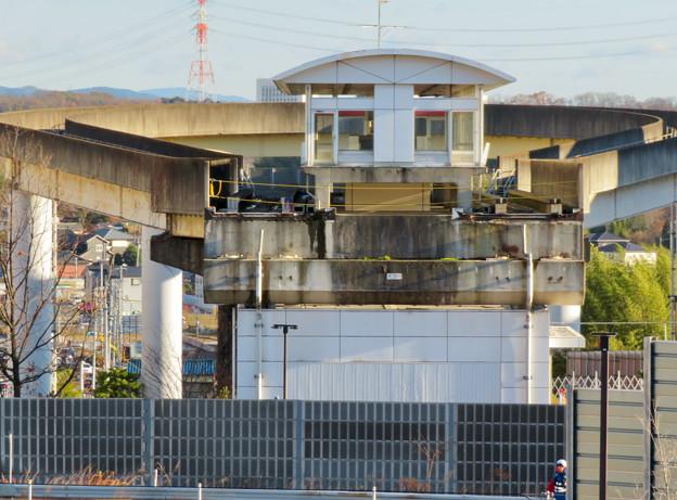 桃花台中央公園の新たに整備された場所から見た解体工事中の桃花台東駅周辺(2019年12月27日) - 3
