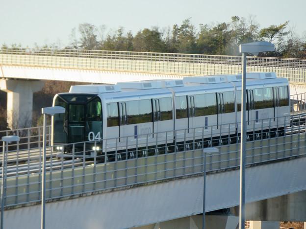 八草駅に近づいてきたリニモ - 3
