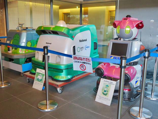 愛・地球博記念館 No - 8:入り口横にあったロボット