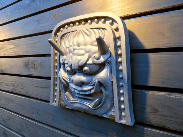 犬山城下町に新たに整備されてた「本丸スクエア」- 7:通路の壁の三州鬼瓦