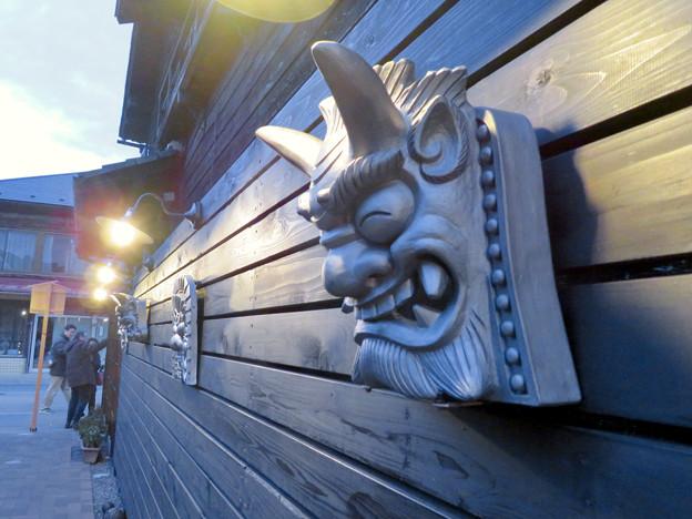 犬山城下町に新たに整備されてた「本丸スクエア」- 8:通路の壁の三州鬼瓦