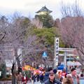 正月で混雑した犬山城下町とそれを見下ろす犬山城