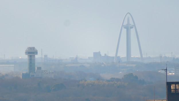 モンキーセンターから見た景色 - 7:ツインアーチ138とすいとぴあ江南