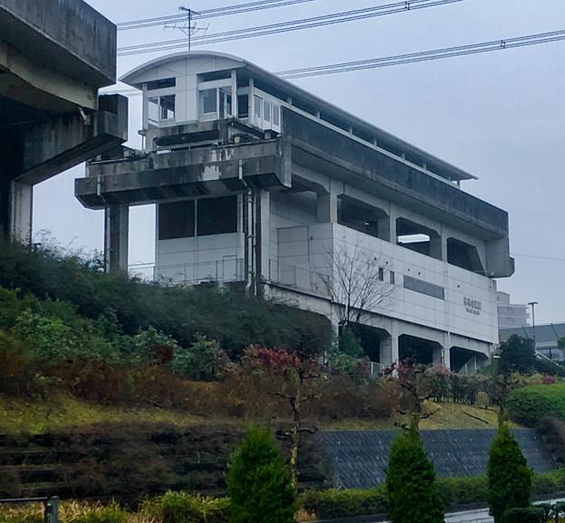 雨の日の旧・桃花台東駅(2020年1月7日)